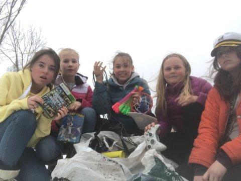 SJOKKERT: Lina Remmen Rossvoll, Celine Nielsen, Ragnhild Foss Andersen, Laura Silkoset Nygaard og Gaia Nielsen reagerer på at folk kaster fra seg søppel på denne måten.