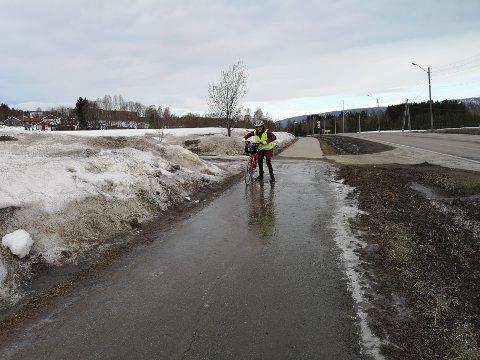 VÅTT OG GLATT: Litt lenger nord er det noe vanskeligere å bruke sykkelen.