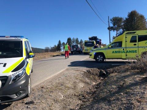 STOR UTRYKNING: Det var fullt med blålys på Rauerskauveien lørdag ettermiddag etter at det begynte å brenne i en kjeller ved Øvre Haug.
