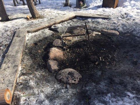 SOTETE BENKER: De som har klart å brenne opp så store mengder ved, må også ta skylden for at sittebenkene på bålplassen ved Romstjern er blitt så sotete at de ikke innbyr til å slå seg ned på.