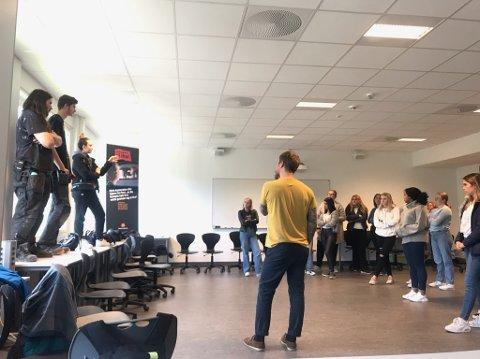 SE OG LÆR: Instruktør Erik Engblad demonstrerte kreftene som er i sving ved krasj i 32 km/t uten bilbelte. Ingen av Bjertnes-elevene lot seg overtale til å falle fra bordet med ansiktet ned.