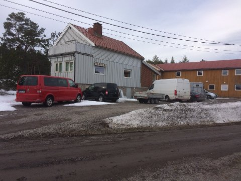 Den ulovlige p-plassen med ny utkjøring er anlagt i en hage og brukes av 8-10 kjøretøyer fra to firmaer. (Foto: Oddvar Lind)