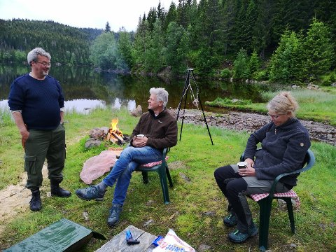 HYGGELIG: Fellesskap i naturskjønne omgivelser ved Råsjøens bredder og med fyr på bålet. Det er balsam for sjelen, sier Kjell Kjepperud (til venstre i bildet).