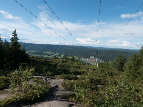 KJENT OG KJÆR TOPP: Varingskollen er et kjent landemerke i Hakadal med flott utsikt over dalen. Toppen har også blitt et populært turmål sommerstid.