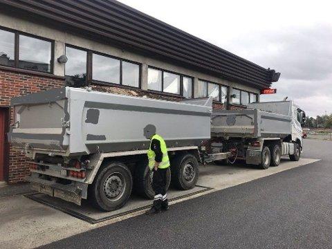 KJØREFORBUD OG VEKTGEBYR: Dette vogntoget ble sist uke stoppet med 60 tonn på lastebil og henger. Det resulterte i kjøreforbud og et vektgebyr.