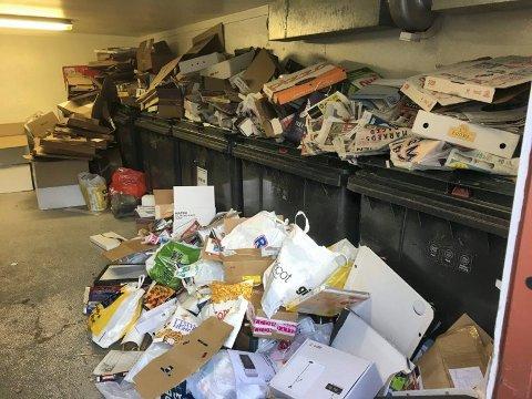 FULLT: Dette avfallsrommet på Skullerud var et av mange som led under søppelkaoset. Foto: Privat