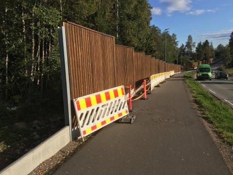 Kommunen har nå sikret grunnen som har rast ut mellom støyskjermen og gang- og sykkelveien langs Brennaveien i Skytta.