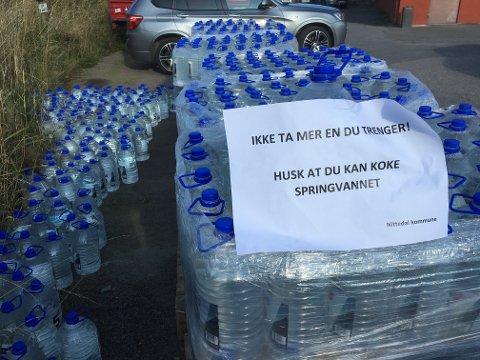 TOMT: Lageret med femlitersdunker er nå tomt. Derfor setter Nittedal kommune opp vanntanker på fem steder i kommunen.