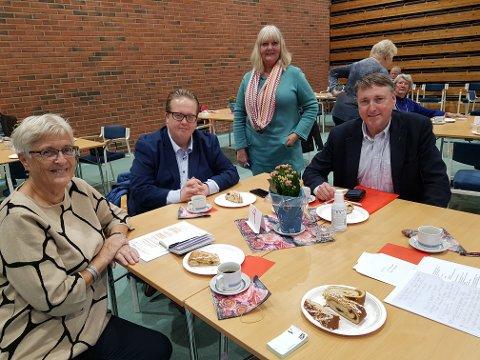 FIKK PRATET SAMMEN: Det ble tid for en samtale i pausen mellom møtene. Fra venstre Torbjørg Rønning (nestleder i foreningen), varaordfører Helge Fossum, Vivi-Ann Eriksen (nestleder i eldrerådet) og ordfører Inge Solli.
