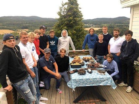 LÆRER OM FRILUFTSLIV: I Wild Nittedal lærer ungdommene også matlaging. Her er de samlet til middag hos initiativtaker Aage Alexander Foss, hvor fjorårets resultat fra jakt og fiske skal smakes på.
