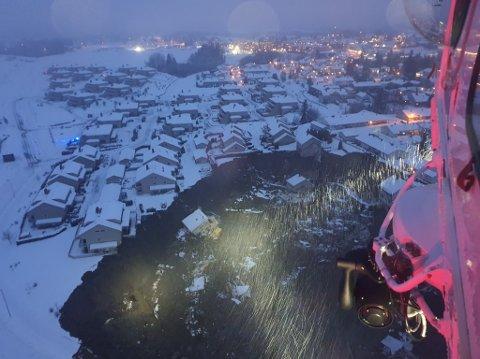 SKRED I BOLIGOMRÅDE: Slik ser skredet i Gjerdrum ut fra Forsvarets redningshelikopter.
