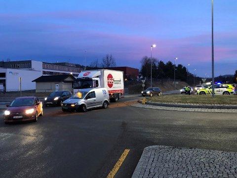 VED BJERTNES: Det er noe problemer i morgentrafikken på Rv. 4  på Rotnes etter at en varebil kjørte rett i rundkjøringa. Det skal ikke være noen personskade.
