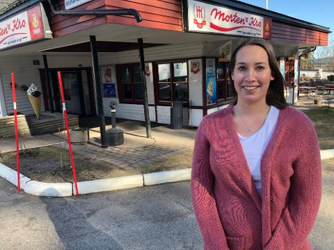 OMSTILLING: Økonomisjef Hanne Nyhus ved Mortens Kro på Gjelleråsen har stengt restauranten. Nå blir det kun takeaway og catering. 36 av 40 ansatte er helt eller delvis permittert. Nær 50 tilkallingsvikarer vil ikke få jobbtilbud den nærmeste tiden.