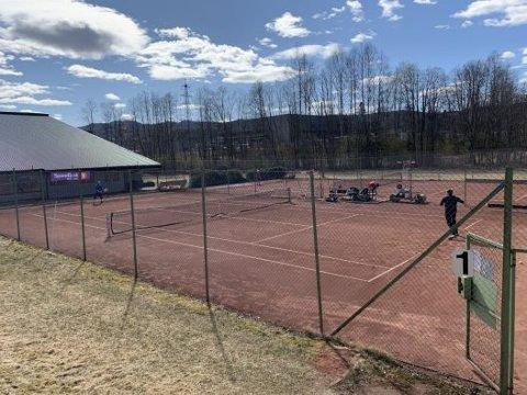 ÅPNET: Lørdag åpnet tennisgruppa i Nittedal IL sine utendørsbaner. Men spillere må følge noen retningslinjer for å begrense smitte.