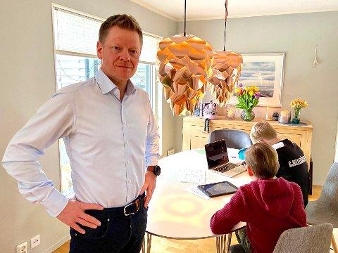 KRITISK: Trebarns-far Tom-André Røgden er redd det blir forskjeller blant elevene i Nittedalsskolen blant de som har digitalt utstyr og de som ikke har. Ikke bare under korona-krisen, men også ellers. Han viser også til forskjellene mellom kommunene i investeringer gjort i utstyr, programmer og opplæring av blant annet lærere.