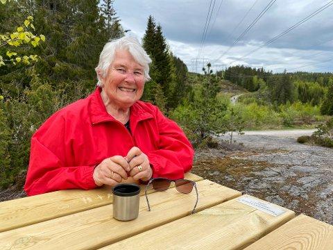 TRIVES VED BENKEN: Nesten hver dag kommer Liv Halstenstad til benken som bærer hennes navn. Den står der til fri bruk for alle.