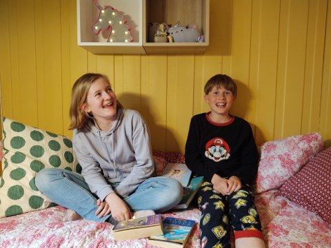 GLEDER SEG: Både Otilie Norderhaug Gjefsen (12) og Sokrates Norderhaug Gjefsen (10) har sine bokfavoritter.