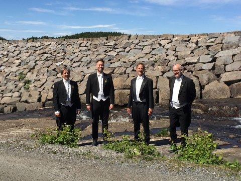I FULL MUNDUR: Sangere fra Guldbergs Akademiske Kor ved Ørfiske.