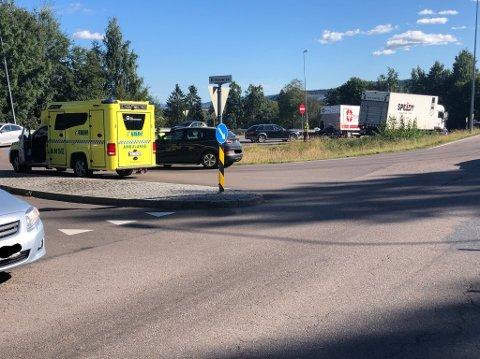 TRAFIKKUHELL: Nødetatene rykket mandag ettermiddag ut til et trafikkuhell mellom en bil og en MC.