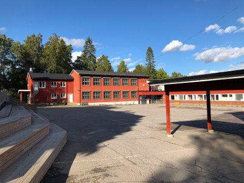 TRENGER FLERE KLASSEROM: Rotnes skole mangler klasserom. En løsning er å busse elever til Hakadal.
