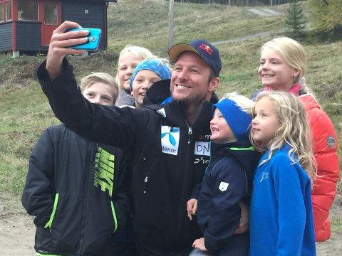 OLALØYPA SOM FAVORITT: Aksel Lund Svindal omgitt av unge fans i Varingskollen fra en tidligere anledning. Tirsdag var han tilbake i bakken og testet forholdene.