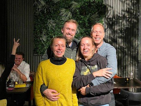 VINNERLAGET: Kari-Anne Rogne (foran t.v.) og Marte Langøen. Espen Hofoss (bak t.v.) og Simen Martens Kristoffersen svarte i et imponerende tempo under torsdagens quiz på Krutt.