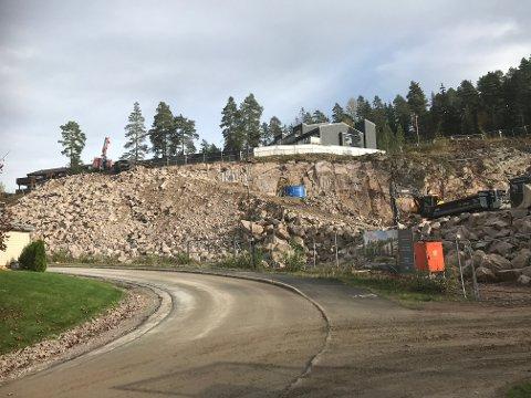 SPRENGER UT TOMT: Anleggsområdet mellom Snarefjellet og Gåsebyveien torsdag ettermiddag.