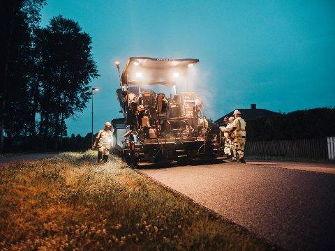 MEST PÅ GAMLEVEIEN: Strekningen på nedsiden av golfbanen i Hakadal får ny asfalt i 2021, men vinneren i vårt område er den gamle Hadelandsveien fra Varpet til Harestua. (Illustrasjonsfoto)
