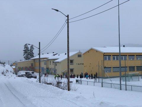 STENGER NED: Alle elever ved Slattum skole sendes i dag, fredag, hjem. Alle elever, ansatte, foresatte og andre med tilknytning til skolen bes teste seg og få negativt svar før de drar på vinterferie.