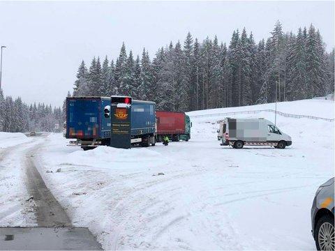 PÅ MED VINTERDEKK: Her får en sjåfør hjelp til å ta på vinterdekk i forbindelse med kontrollen på Varpet.