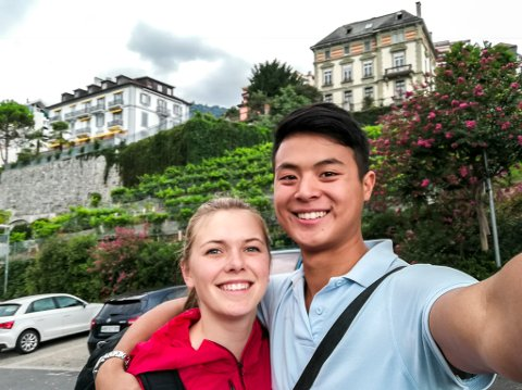 UTFORSKER KONTINENTET: Alex og Nora ved vinrankene som gjemmer seg rundt om i byene, her fra Montreux.