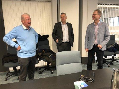 RIKSVEI 4 PÅ AGENDAEN: Frp serverte lekkasjer fra NTP på Mustad næringspark fredag. Carl I. Hagen (f.v.), Morten Brandtzæg og Tor A. Johnsen.