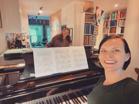 I FLAMMEN TIRSDAG: Sopran Silje Mørch har med seg pianisten Sara Smiseth til hjembygda.