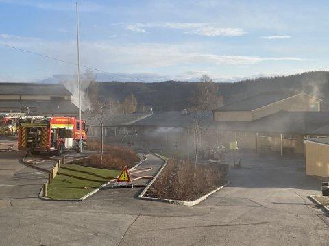 RYKKET UT: Brannvesenet er på Slattum skole i forbindelse med brann.