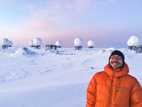 MÅNELANDSKAP: Mikkel foran noen av satelittene han monitorerer på jobb.