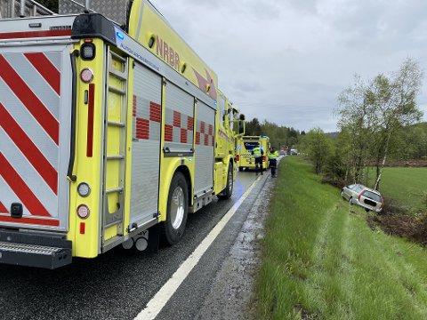 SPERRET: En fil på RV 4 er sperret og det er manuell dirigering mens det pågår berging av bilen som kjørte ut.