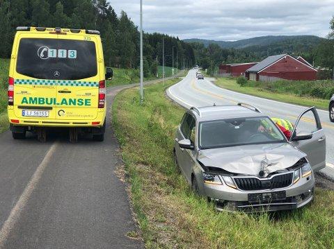 TRAFIKKUHELL: En bil kjørte utfor riksvei 4 ved Gamle Maxbo. Sjåføren ble sjekket på stedet av ambulansepersonell.
