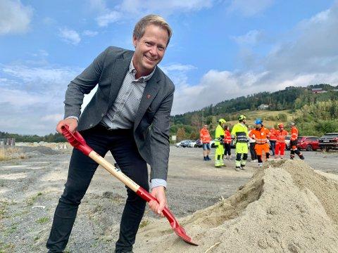 FØRSTE STIKK: Lunner-ordfører Harald Tyrdal var med på å ta det første, symbolske spadetaket for riksvei 4 i Lunner fredag.