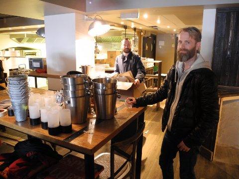 Morten Tungesvik, kjøkkensjef og medeier, og Øystein Ellingsen jobber på spreng for å få alt på plass til den nye restauranten åpner neste fredag.