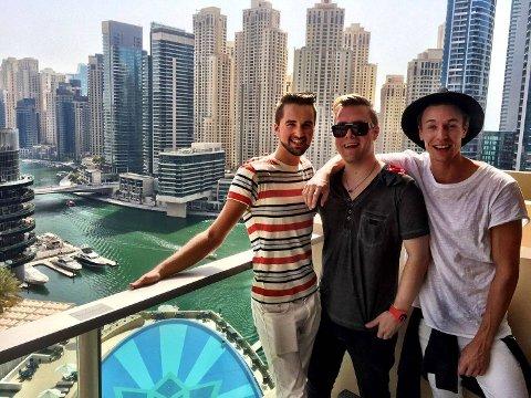 Martin Nygaard (21), Björn Myreze (31) og Eirik Odden (21) på Myreze sitt Dubaikontor på The Address Dubai Marina.
