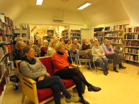 30 ullinteresserte fulgte godt med på Annemor Sundbø sitt engasjerte foredrag.