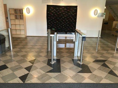 Den nye barrieren i rådhusets inngangsparti.