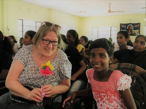 STERKE MØTER: På reisene i Sri Lanka og Thailand får deltakerne møte mange av organisasjonens fadderbarn. Her er Veslemøy Engeset fra Vestby med sitt fadderbarn i Sri Lanka.