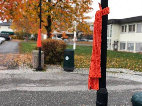 SKJERF: Lyktestolpene utenfor rådhuset ble pyntet med oransje skjerf tirsdag morgen.