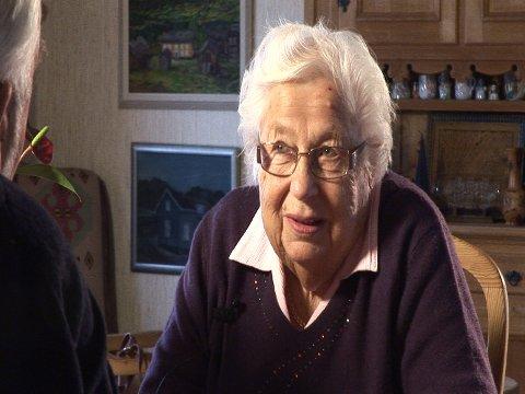 FORTELLER: I videointervjuet forteller Dagny om hvordan det blant annet var å drive gården Presterud i gamle dager.