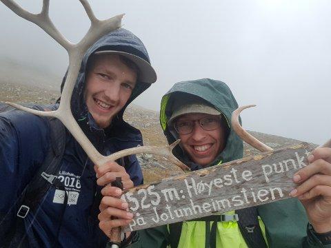 MIL ETTER MIL: Vegar og Øystein Samestad Hansen gikk en 52 mil lang tur fra Son til Sandane.