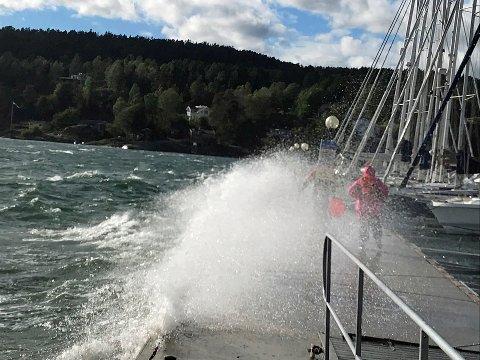 HØYT VANN: Det er varslet liten storm fredag ettermiddag og kveld. Med allerede høyt vann så kan det føre til springflo i Son havn.