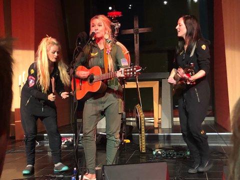 TRIO MED HØYTRYKK: (f.v) Unni Wilhelmsen, Solveig Heilo og Hanne Mari Karlsen var et fyrverkeri på Scenen.
