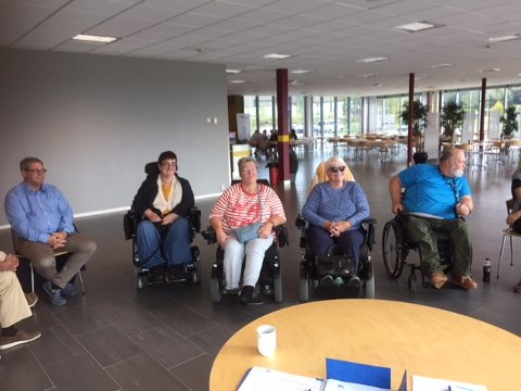 NY GRUPPE: Flere møtte opp for å bli med på en ny aktivitetsgruppe for funksjonshemmede. Her sitter noen av dem sammen med Høyre-politiker Pål Engeseth (t.v) og initiativtaker Sverre Bergenholdt (t.h).