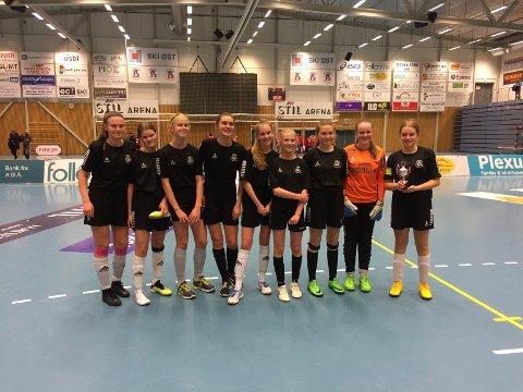 FIKK POKAL: HSV J15 1 tok seg helt til finalen i Langhus Nyttårscup. Her poserer jentene med pokalen de fikk for den fine andreplassen.